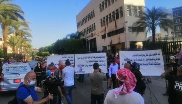 لبنانيون يحتجون بسبب تردي الأوضاع الاقتصادية