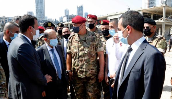 الرئيس اللبناني يتفقد موقع انفجار مرفأ بيروت